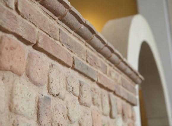 Stilatura di un muretto composto da mattoni pieni in laterizio
