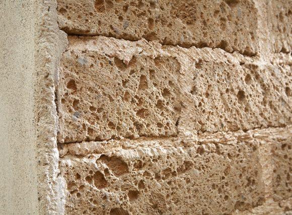 Stilatura di un muretto realizzato in mattoni di Tufo