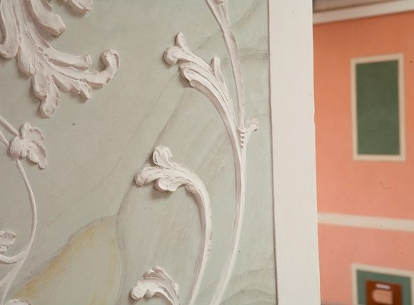 Stucco a rilievo veneziano realizzato all'interno dello showroom da maestri d'arte